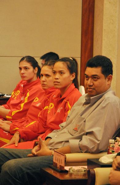 图文:恒大女排新赛季新闻会 泰国女排主帅和主攻