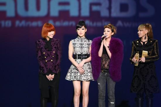 2010 MAMA颁奖典礼现场  2NE1获最佳女子组合奖