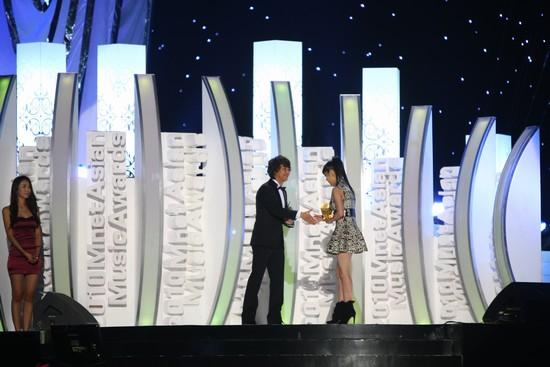 2010 MAMA颁奖典礼现场  吴满锡向朴春颁奖