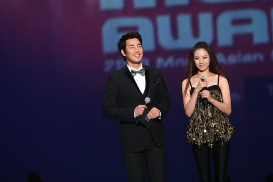 2010 MAMA颁奖典礼现场  金成秀赵允熙颁奖