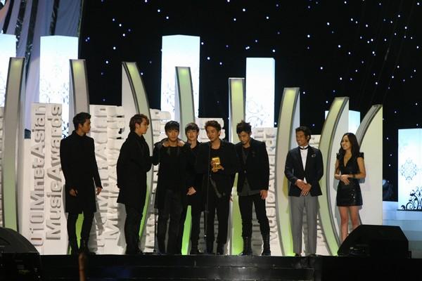2010 MAMA颁奖典礼现场 2PM领奖