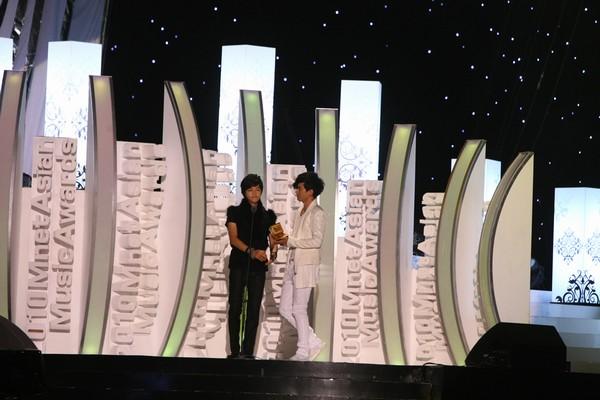 2010 MAMA颁奖典礼现场 宋钟基为张杰颁奖
