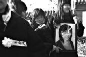 百人送别在台湾遇难女导游 用鲜花代表遗体(图)