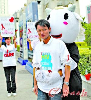 11月28日,广州大学生预防艾滋病志愿者在天河及滨江路一带宣传艾滋病防治常识。 记者陈安 摄