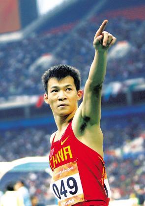 11月22日,,在广州进行的第16届亚运会男子100米比赛中,劳义以10.24秒的成绩夺冠。 新华社发