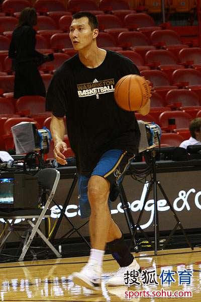 图文:[NBA]热火VS奇才 易建联运球奔跑