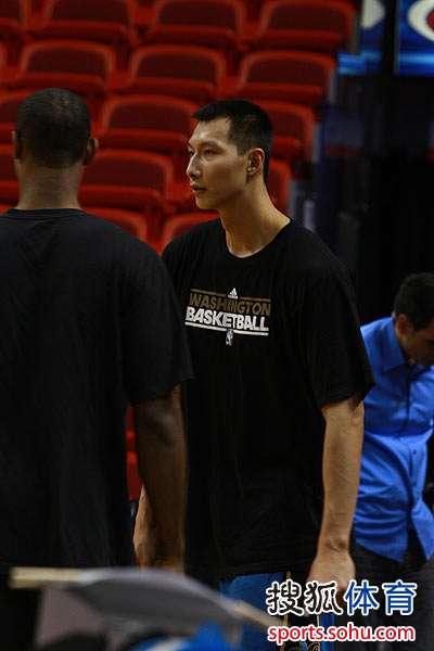 图文:[NBA]热火VS奇才 易建联和队友