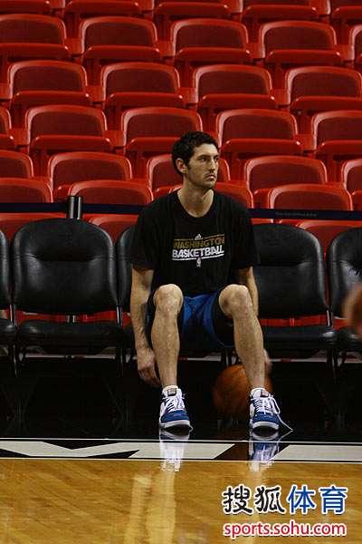 图文:[NBA]热火VS奇才 辛里奇做基础练习