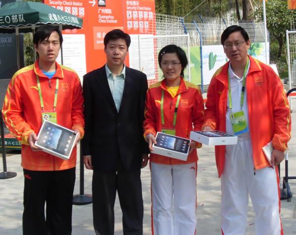 叶江川(右一)、侯逸凡、卜祥志接受玲珑轮胎的奖品