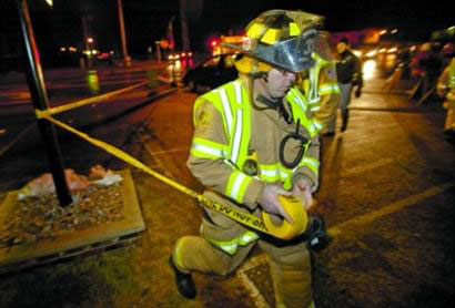 11月29日,消防员在发生劫持事件的高中旁拉起警戒线