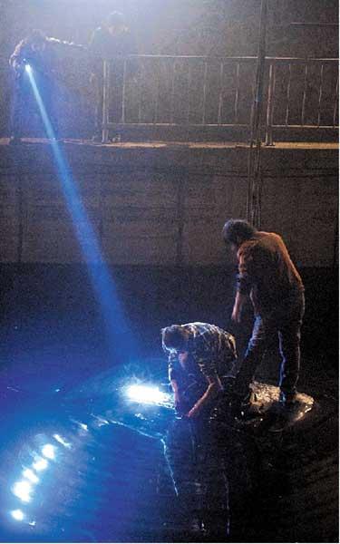 ①打捞人员给奥迪车固定钢索。