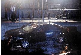 ④奥迪车被打捞出水。