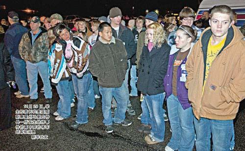 11月29日,学生和家长在美国威斯康星州马里内特县一所发生劫持事件的高中旁的停车场等候消息新华社发