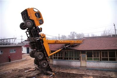 30米长吊臂失误砸坏两间房(组图)
