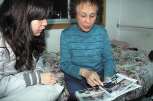 昨晚,山雍蕴向本报记者讲述父亲生前往事。记者 傅琪媛 摄