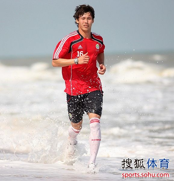 图文:国足海南备战亚洲杯 张琳�M踏浪训练