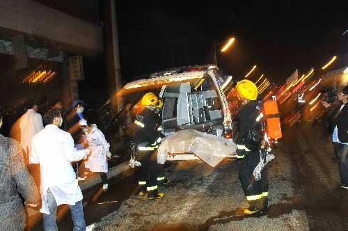 12月5日,救援人员在现场施救。