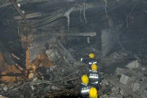 12月5日,消防队员进入爆炸事故现场。