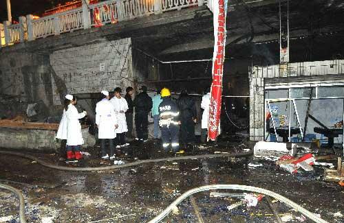 12月5日,救援人员在爆炸现场。