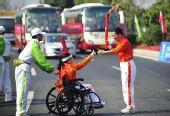 图文:亚残运会火炬在广州传递 火炬手互相鼓励