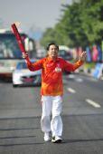 图文:亚残运会火炬在广州传递 火炬手周兆庆