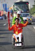 图文:亚残运会火炬在广州传递 火炬手周庆达