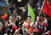 图文:亚残运会火炬在广州传递 沿途群众助威