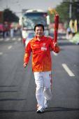 图文:亚残运会火炬在广州传递 火炬手谢奇能