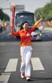 图文:亚残运会火炬在广州传递 火炬手李毅