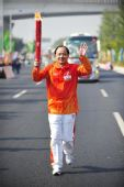 图文:亚残运会火炬在广州传递 火炬手梁浩