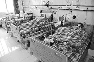 12月5日,几名爆炸事故伤员正在黔东南州人民医院接受治疗