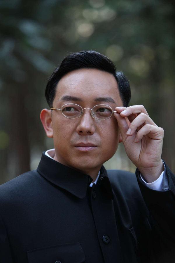 《带弹孔的勋章》定妆照 关亚军 饰演 徐恩铭