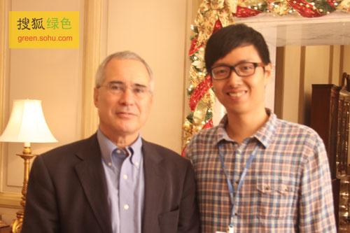 气候经济之父斯特恩与搜狐绿色频道主编史少晨合影