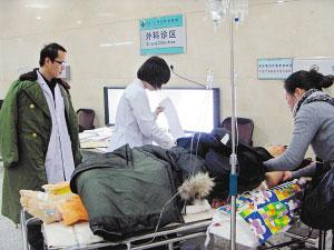赵争在接受治疗 本报记者 刘长宇 摄