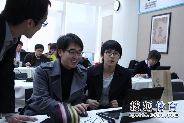 两位韩国棋手在谈笑