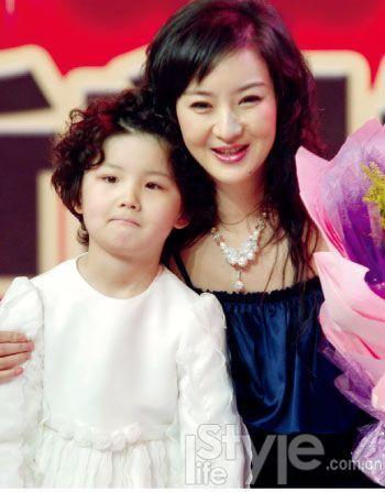 2008年2月,买红妹复出正式加盟东南卫视,女儿到场为母亲祝贺,手中捧的是老公孙楠送上的花篮。