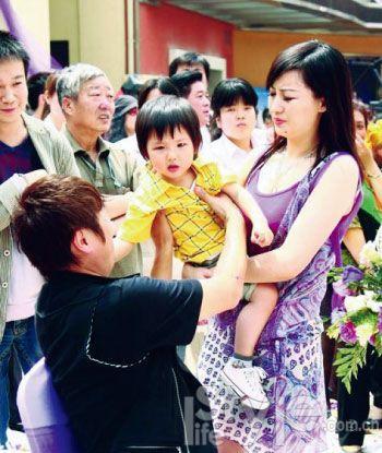 2009年5月,离异后的孙楠、买红妹首度曝光小儿子。