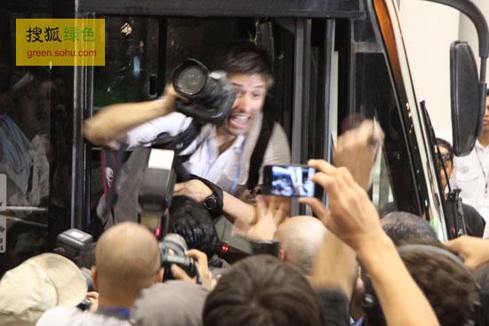 被警察拉上车的记者试图把手中相机交给同伴(摄影--史少晨)