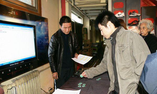 混双外卡获得者胡力涛在抽签现场