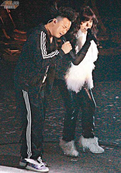 陈奕迅与露云娜在台上斗唱功