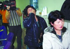 13日,韩国釜山的一艘沉没渔船的船员家属获知消息后难抑悲伤。