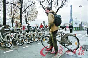 图为巴黎市民归还租用的自行车。