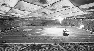 12月12日,美国明尼苏达州明尼阿波利斯市,赫姆夫瑞大都会室内球场的屋顶被大雪压塌。