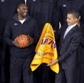 组图:奥巴马接见湖人众将 科比赠总统签名队旗