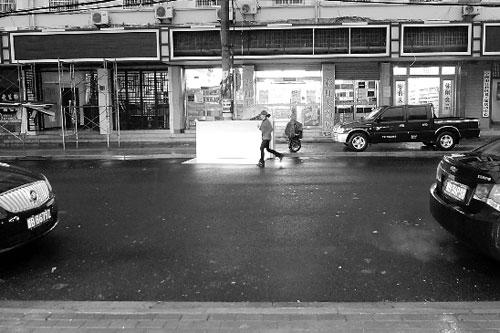 西草马路的新灯牌高度一致,十分整齐。 姚蔚妮 摄