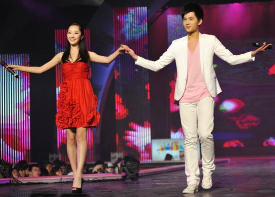 蒋梦婕、杨洋联袂演唱《许我一个红楼梦》