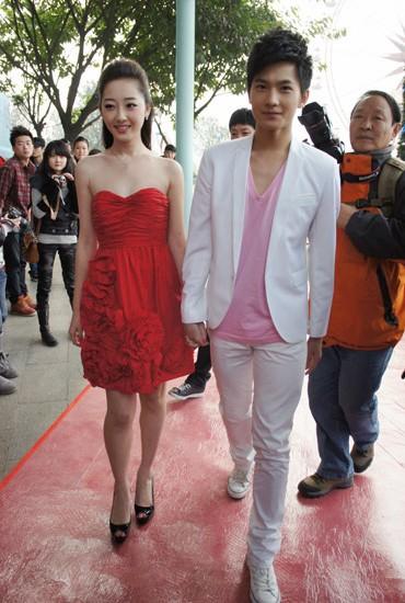 蒋梦婕杨洋携手亮相红毯