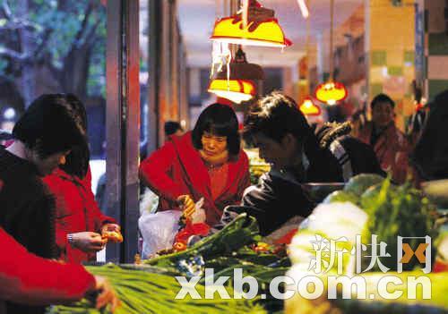 蔬菜价格回落,市民选购时也出手大方。新快报记者 黎湛均/摄