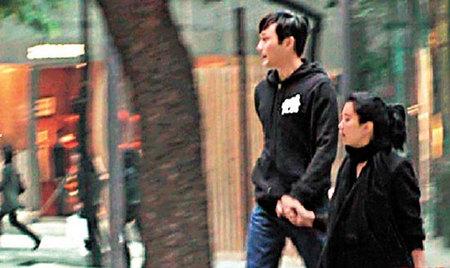 同穿黑色情侣装的张智霖与袁咏仪,拖手到铜锣湾买车