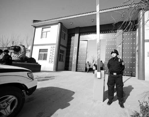 """""""狗场""""指挥部 关建军自行挂牌成立的阳泉市犬业协会,当地人称之为""""狗场"""",这里是关建军发号施令的指挥部。"""